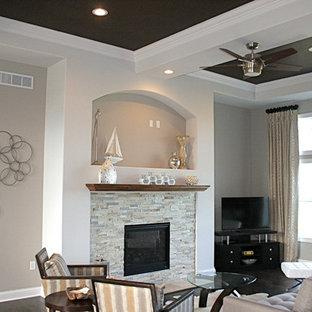 Großes, Offenes Klassisches Wohnzimmer mit Eck-TV, grauer Wandfarbe, dunklem Holzboden, Kamin und gefliester Kaminumrandung in Milwaukee