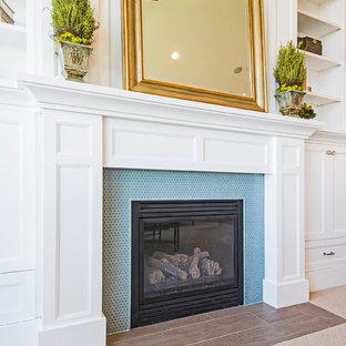 Idee per un soggiorno american style di medie dimensioni con camino classico e cornice del camino piastrellata