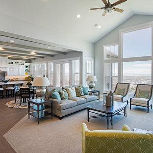 Esempio di un ampio soggiorno american style aperto con pareti grigie, parquet chiaro, camino classico e nessuna TV