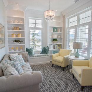 ソルトレイクシティの小さいトランジショナルスタイルのおしゃれな独立型ファミリールーム (ベージュの壁、カーペット敷き、暖炉なし、テレビなし、マルチカラーの床) の写真