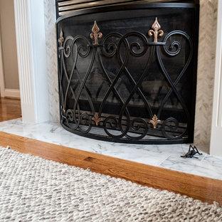 ルイビルの大きいトラディショナルスタイルのおしゃれなオープンリビング (ベージュの壁、無垢フローリング、標準型暖炉、タイルの暖炉まわり、オレンジの床) の写真