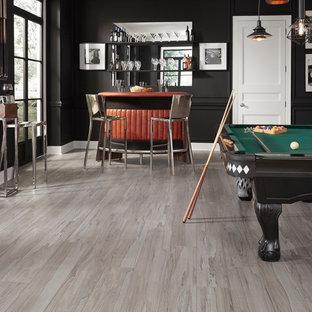 Foto di un grande soggiorno bohémian aperto con sala giochi, pareti nere, pavimento in vinile, nessun camino, nessuna TV e pavimento marrone