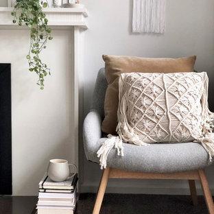 Foto de sala de estar escandinava, pequeña, con paredes blancas, moqueta, chimenea tradicional, marco de chimenea de baldosas y/o azulejos y suelo gris