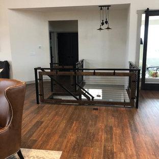 他の地域の大きいインダストリアルスタイルのおしゃれなファミリールーム (ホームバー、マルチカラーの壁、クッションフロア、横長型暖炉、レンガの暖炉まわり、壁掛け型テレビ、茶色い床) の写真