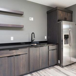 Esempio di un grande soggiorno moderno aperto con angolo bar, pareti grigie, pavimento in vinile, nessun camino, TV a parete e pavimento grigio