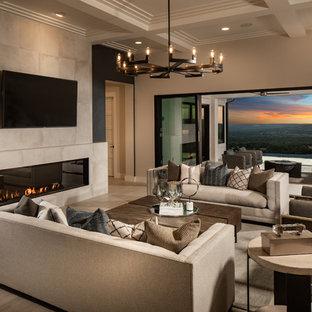 Großes, Offenes Modernes Wohnzimmer mit Porzellan-Bodenfliesen, gefliestem Kaminsims, Wand-TV, beiger Wandfarbe, Gaskamin und beigem Boden in Austin