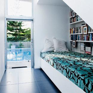 Esempio di un soggiorno contemporaneo con libreria e pareti bianche