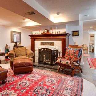 シアトルの大きいミッドセンチュリースタイルのおしゃれな独立型ファミリールーム (ミュージックルーム、カーペット敷き、標準型暖炉、レンガの暖炉まわり、内蔵型テレビ、白い壁) の写真