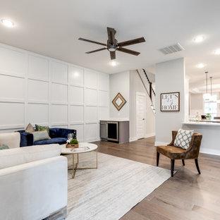 リッチモンドの中くらいのトラディショナルスタイルのおしゃれなオープンリビング (白い壁、無垢フローリング、壁掛け型テレビ、茶色い床、羽目板の壁、横長型暖炉、レンガの暖炉まわり) の写真