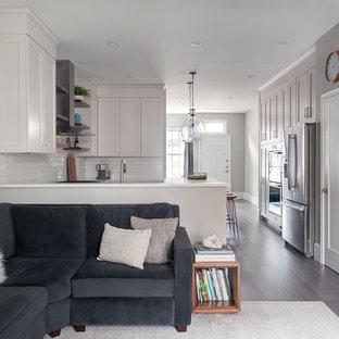 Modelo de sala de estar abierta, contemporánea, pequeña, con paredes grises, suelo de madera oscura, chimenea tradicional, marco de chimenea de baldosas y/o azulejos, televisor colgado en la pared y suelo gris