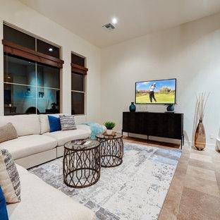 フェニックスの大きいコンテンポラリースタイルのおしゃれなファミリールーム (ベージュの壁、トラバーチンの床、コーナー設置型暖炉、レンガの暖炉まわり、壁掛け型テレビ、ベージュの床) の写真