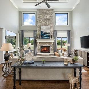 シカゴの大きいコンテンポラリースタイルのおしゃれなファミリールーム (グレーの壁、濃色無垢フローリング、標準型暖炉、レンガの暖炉まわり、壁掛け型テレビ、茶色い床) の写真