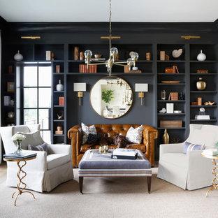 Exemple d'une salle de séjour avec une bibliothèque ou un coin lecture bord de mer avec un mur noir, un sol en bois clair et un sol beige.