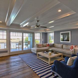 フィラデルフィアの大きいビーチスタイルのおしゃれな独立型ファミリールーム (ホームバー、グレーの壁、無垢フローリング、壁掛け型テレビ、暖炉なし、茶色い床) の写真