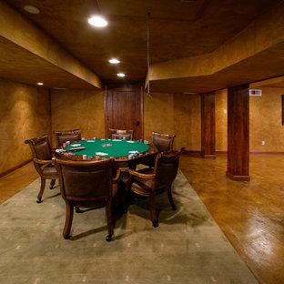 サクラメントの巨大なトラディショナルスタイルのおしゃれなファミリールーム (茶色い壁、コンクリートの床、暖炉なし、ゲームルーム、テレビなし) の写真