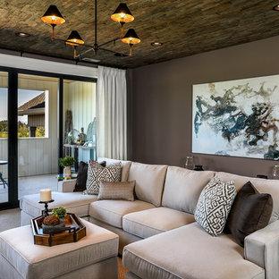 Esempio di un grande soggiorno country aperto con pareti viola, moquette, nessun camino, TV a parete e pavimento grigio