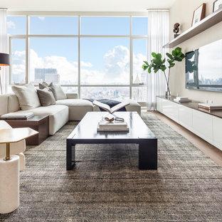 Idee per un soggiorno contemporaneo aperto con angolo bar, pareti beige, parquet chiaro, nessun camino e TV a parete