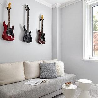 Idee per un piccolo soggiorno classico chiuso con sala della musica, pareti grigie, moquette e TV a parete