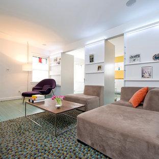 Immagine di un soggiorno contemporaneo con pareti bianche, pavimento in legno verniciato e pavimento turchese
