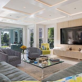 マイアミのビーチスタイルのおしゃれなファミリールーム (白い壁、壁掛け型テレビ、白い床) の写真