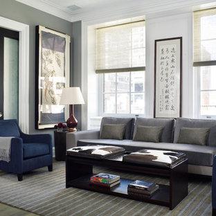 Modelo de sala de estar de estilo zen con paredes grises y suelo de madera en tonos medios
