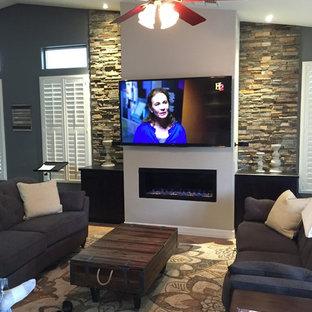 フェニックスの中サイズのコンテンポラリースタイルのおしゃれなファミリールーム (ベージュの壁、セラミックタイルの床、標準型暖炉、レンガの暖炉まわり、壁掛け型テレビ) の写真