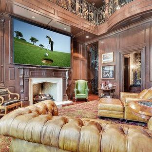 オースティンの大きいヴィクトリアン調のおしゃれなファミリールーム (ライブラリー、茶色い壁、無垢フローリング、標準型暖炉、レンガの暖炉まわり、内蔵型テレビ、茶色い床) の写真