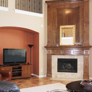 ダラスの大きいトランジショナルスタイルのおしゃれなファミリールーム (マルチカラーの壁、セラミックタイルの床、コーナー設置型暖炉、タイルの暖炉まわり、据え置き型テレビ、マルチカラーの床) の写真
