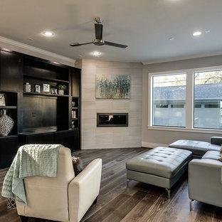 ヒューストンの中サイズのコンテンポラリースタイルのおしゃれなファミリールーム (クッションフロア、横長型暖炉、タイルの暖炉まわり、据え置き型テレビ) の写真