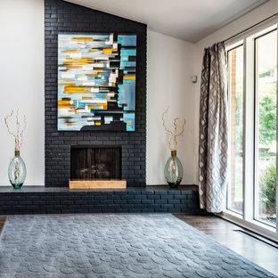 セントルイスの広いコンテンポラリースタイルのおしゃれなオープンリビング (ベージュの壁、無垢フローリング、標準型暖炉、レンガの暖炉まわり) の写真