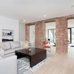 Immagine di un soggiorno industriale di medie dimensioni e chiuso con pareti bianche e parquet chiaro