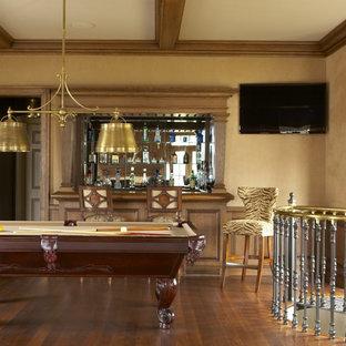 ニューヨークの広いトラディショナルスタイルのおしゃれなオープンリビング (ゲームルーム、ベージュの壁、無垢フローリング、暖炉なし、壁掛け型テレビ、茶色い床) の写真