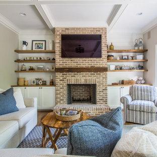 Offenes Country Wohnzimmer mit beiger Wandfarbe, braunem Holzboden, Kaminumrandung aus Backstein, Kamin, Wand-TV, braunem Boden, Kassettendecke und Holzdielenwänden in Atlanta
