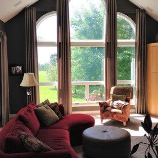 Idée de décoration pour une grande salle de séjour design avec un mur vert, moquette et un sol beige.