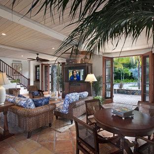Idee per un soggiorno tropicale con pareti beige, pavimento in terracotta e TV autoportante