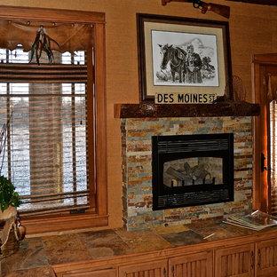 他の地域の中サイズのトラディショナルスタイルのおしゃれなファミリールーム (ゲームルーム、オレンジの壁、セラミックタイルの床、標準型暖炉、タイルの暖炉まわり、内蔵型テレビ) の写真