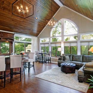 Ispirazione per un grande soggiorno con angolo bar, pareti beige, pavimento in sughero, nessun camino e TV a parete