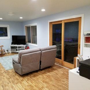 Ispirazione per un soggiorno chic di medie dimensioni e chiuso con pareti blu, pavimento in vinile e porta TV ad angolo