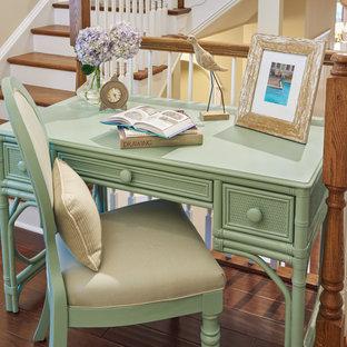 Foto de sala de estar tipo loft, marinera, pequeña, con suelo laminado y paredes beige