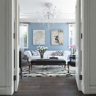 メルボルンの大きいヴィクトリアン調のおしゃれな独立型ファミリールーム (青い壁、テレビなし、濃色無垢フローリング、茶色い床) の写真