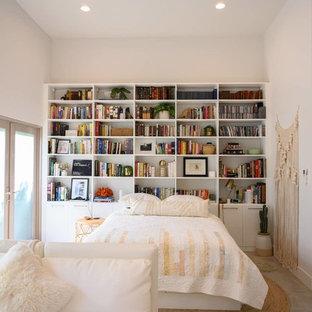 ロサンゼルスの中くらいのコンテンポラリースタイルのおしゃれなロフトリビング (ゲームルーム、白い壁、コンクリートの床、暖炉なし、コンクリートの暖炉まわり、壁掛け型テレビ、グレーの床) の写真