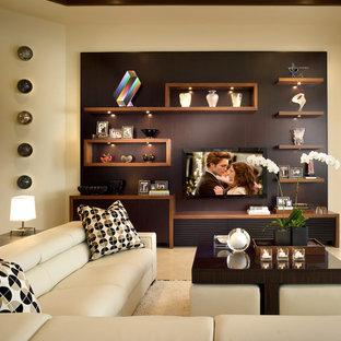 Modelo de sala de estar contemporánea con paredes beige y televisor colgado en la pared