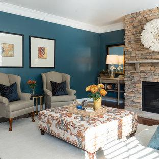 シャーロットの中サイズのトランジショナルスタイルのおしゃれなオープンリビング (青い壁、無垢フローリング、標準型暖炉、石材の暖炉まわり、テレビなし、茶色い床) の写真