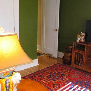 ポートランドの中サイズのトラディショナルスタイルのおしゃれな独立型ファミリールーム (緑の壁、無垢フローリング、暖炉なし、据え置き型テレビ、茶色い床) の写真