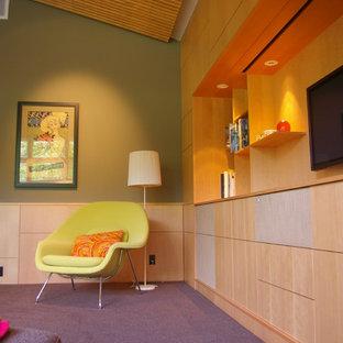 Esempio di un soggiorno design con pareti verdi, moquette, TV a parete e pavimento viola
