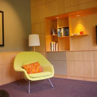Modernes Wohnzimmer mit grüner Wandfarbe, Teppichboden, Wand-TV und lila Boden in San Francisco
