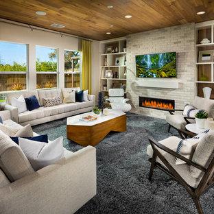 サンディエゴのコンテンポラリースタイルのおしゃれなファミリールーム (横長型暖炉、レンガの暖炉まわり、壁掛け型テレビ) の写真