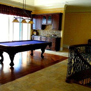 フィラデルフィアの中サイズのトラディショナルスタイルのおしゃれなファミリールーム (ゲームルーム、黄色い壁、スレートの床、暖炉なし、テレビなし) の写真