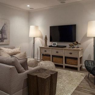ロサンゼルスの中くらいのビーチスタイルのおしゃれな独立型ファミリールーム (グレーの壁、暖炉なし、壁掛け型テレビ) の写真