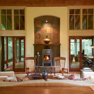 Diseño de sala de estar tradicional renovada, de tamaño medio, sin televisor, con paredes beige, suelo de madera en tonos medios y estufa de leña